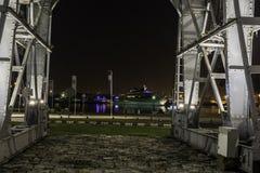 在口岸的老起重机在夜之前 免版税图库摄影