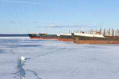 在口岸的老结冰的货船在冬时的Onega湖 库存图片