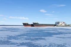 在口岸的老结冰的货船在冬时 库存照片