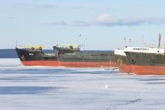 在口岸的老结冰的货船在Onega湖在冬天 库存图片
