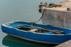在口岸的老fishermanÂ的小船 图库摄影