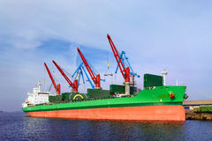 在口岸的船在装货和卸载下 库存照片