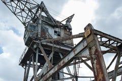 在口岸的被抛弃的起重机 库存图片