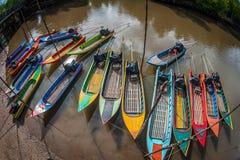 在口岸的许多小五颜六色的小船 免版税库存图片