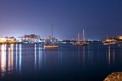 在口岸的豪华游艇在晚上 库存照片