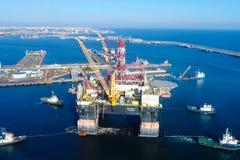 在口岸的钻井平台 石油平台的拖曳 库存照片