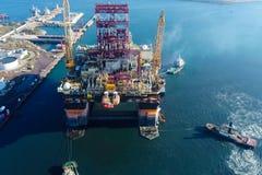 在口岸的钻井平台 石油平台的拖曳 免版税库存图片