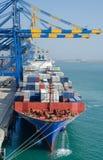 在口岸的集装箱船 免版税库存照片