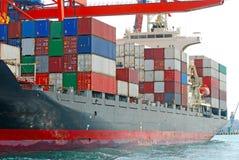 在口岸的集装箱船 免版税库存图片