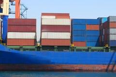 在口岸的集装箱船 库存图片
