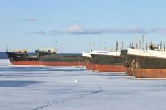 在口岸的冻货船在冬时的Onega湖 库存图片