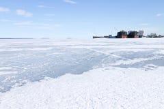 在口岸的冻货船在冬时 免版税库存照片