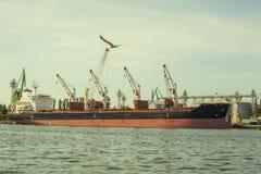 在口岸的货船装货 免版税库存照片