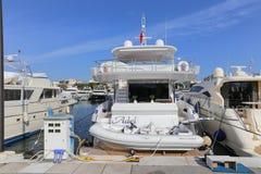 在口岸皮埃尔旋律停住的游艇在戛纳 免版税库存照片