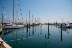 在口岸等待的白色游艇 里米尼,意大利 库存图片