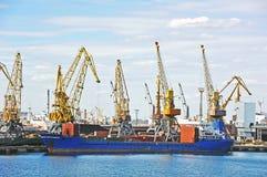 在口岸起重机下的散货船 免版税库存照片