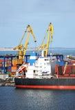 在口岸起重机下的散货船 免版税图库摄影