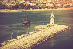 在口岸阿拉尼亚,土耳其的灯塔 钓鱼地中海净海运金枪鱼的偏差 免版税图库摄影