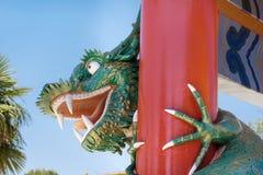 在口岸Aventura游乐园,西班牙的恼怒的看起来的绿色乐高龙 库存图片