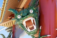 在口岸Aventura游乐园,西班牙的恼怒的看起来的绿色乐高龙 免版税库存照片