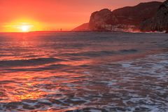 在口岸Ginesta海滩,锡切斯, Cataloni的地中海日落 库存照片