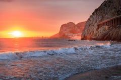 在口岸Ginesta海滩,锡切斯, Cataloni的地中海日落 免版税库存照片