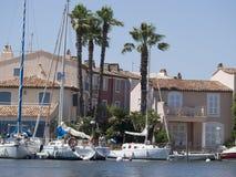 在口岸Grimaud,法国的运河 免版税图库摄影