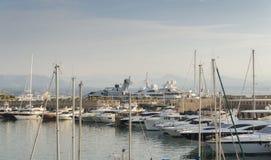 在口岸Vauban的豪华超级游艇在安地比斯,法国 图库摄影