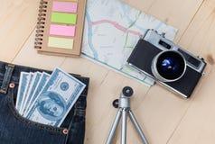 在口袋斜纹布和地图的金钱 免版税图库摄影