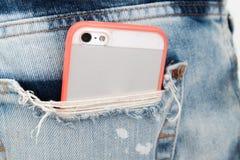 在口袋斜纹布的手机 免版税库存图片