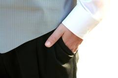 在口袋特写镜头的无尾礼服青少年的手 免版税库存照片