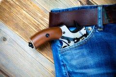 在口袋的银色左轮手枪 免版税库存图片