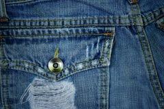 在口袋老斜纹布,被撕毁的和被佩带的斜纹布背景后 库存照片