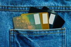 在口袋蓝色牛仔布斜纹布之后的信用卡 免版税库存照片