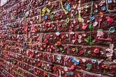 在口香糖盖的砖墙 免版税图库摄影