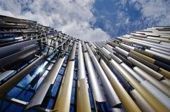 在古典详细资料之后的结构把视图枕在 蓝色大厦现代天空 免版税图库摄影