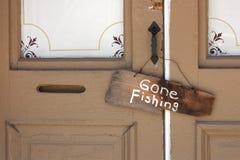 在古国商店前门的去的钓鱼的标志 免版税库存图片