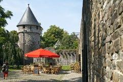 在古城墙壁的休闲在马斯特里赫特 免版税库存照片