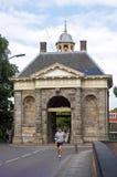 在古城门前面的赛跑者在恩克赫伊森 免版税库存照片