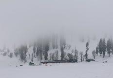 在古尔马尔格,克什米尔使被盖的山和树模糊 免版税库存照片