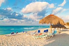 在古巴海滩的伞Varadero 免版税图库摄影