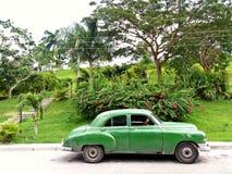 在古巴的外部的老绿色汽车 库存图片