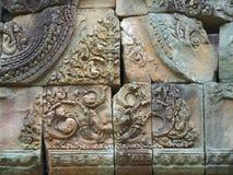 在古庙复合体的山墙饰的华美的安心在武里喃府,泰国 免版税图库摄影