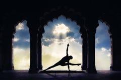 在古庙的瑜伽 免版税库存照片