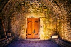 在古庙的门 免版税库存照片