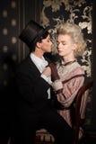 在古板的衣物的嬉戏的夫妇 免版税图库摄影