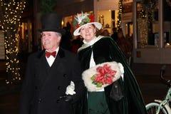 在古板的衣物穿戴的英俊的夫妇在维多利亚女王时代的街道期间走,萨拉托加斯普林斯,纽约, 2013年12月5日, 免版税库存图片