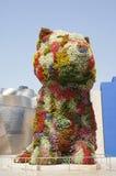 在古根海姆美术馆前面的小狗在毕尔巴鄂 库存照片