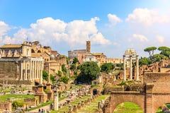 在古罗马广场的看法:安敦宁寺庙和傅天娜,金星寺庙和罗马、卡斯托尔和波吕克斯神庙和t 库存图片