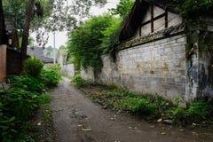 在古老中国住宅大厦之间的被遮蔽的胡同 图库摄影